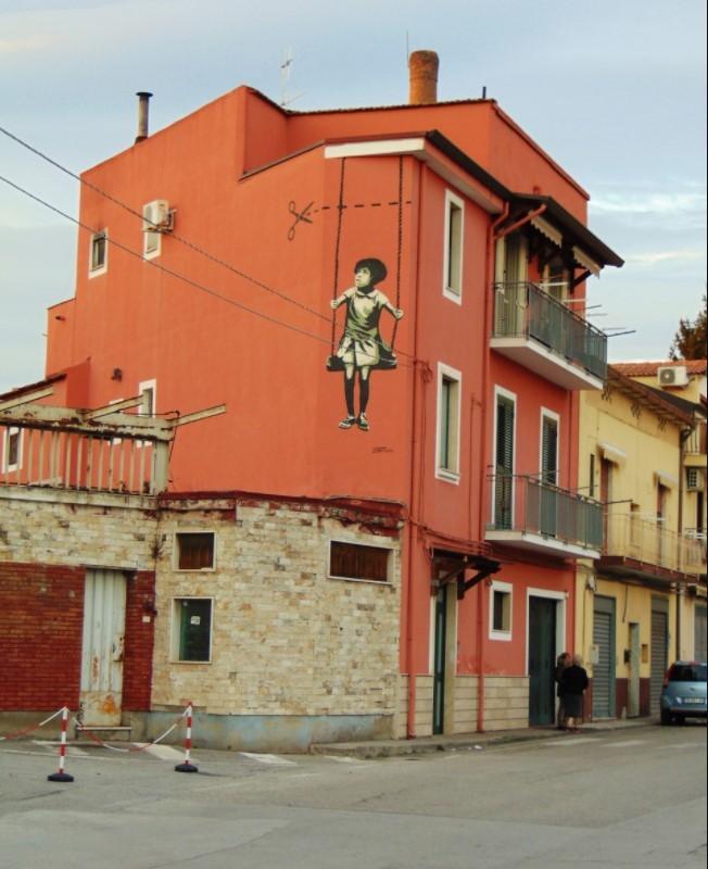 inserra-girl-altalena-taglio-street-art