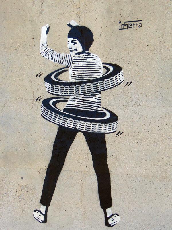 ragazza hula hop litoranea inserra street art