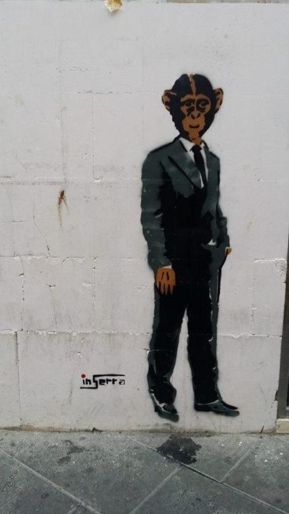 street art inserra salerno scimmia in giacca