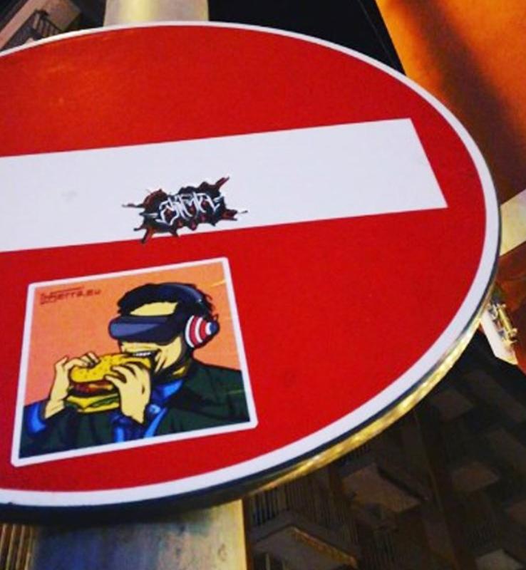 inserra-napoli-street-art-non-vedo-non-sento-non-parlo-junk-food-visore-inserra-cuffie-stickers